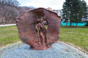 5 Brána, plastika od Zuzany Marciňovej - Hetminskej z roku 1998 (foto Peter Michalík)